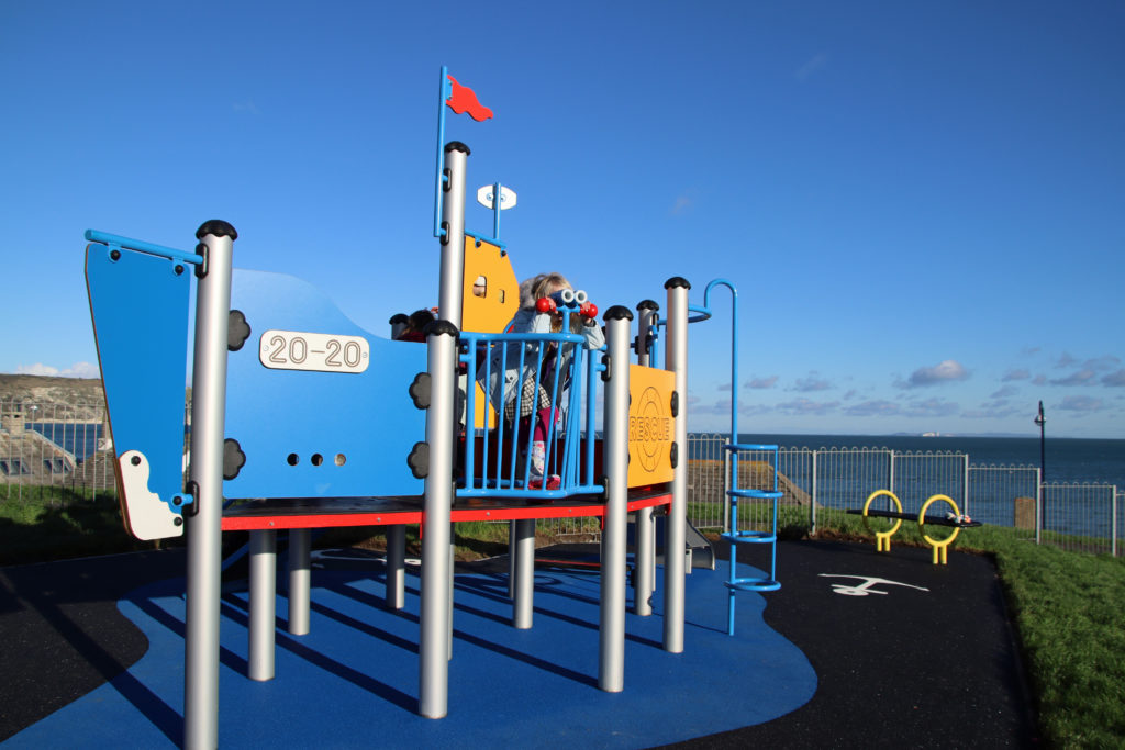Play lifeboat in the playground